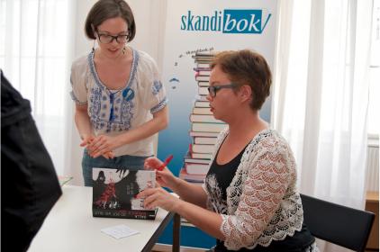 Salla Simukka signing books. Photo by Skandibok.at